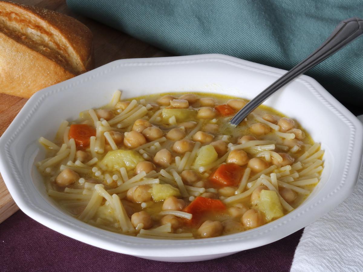 como hacer sopa de garbanzos con fideos