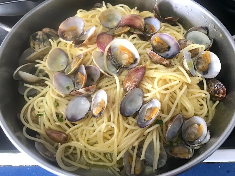 espaguetis con almejas cacerola