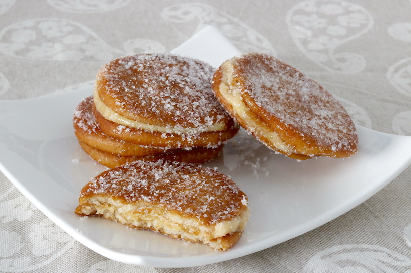 galletas fritas rellenas de flan