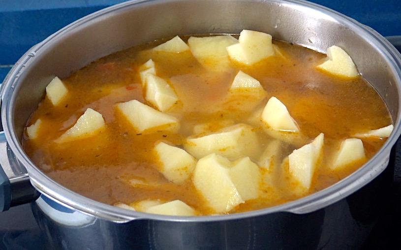 guiso de patatas con carne olla
