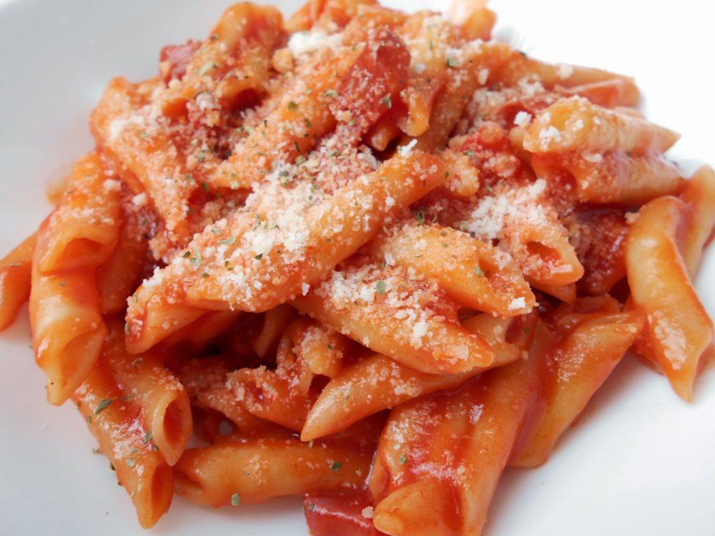 Macarrones con chorizo y rico tomate