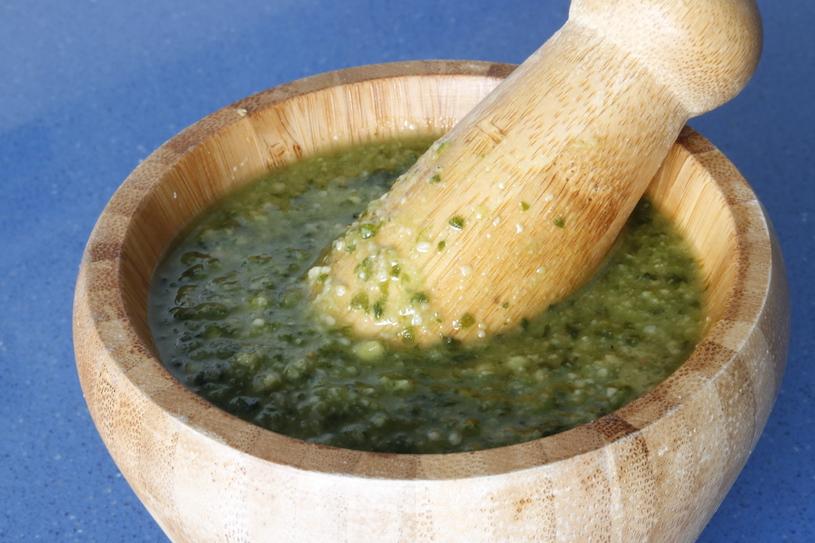 salsa pesto albahaca mortero