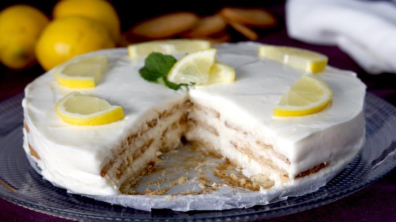 tarta de galletas y limon cortada