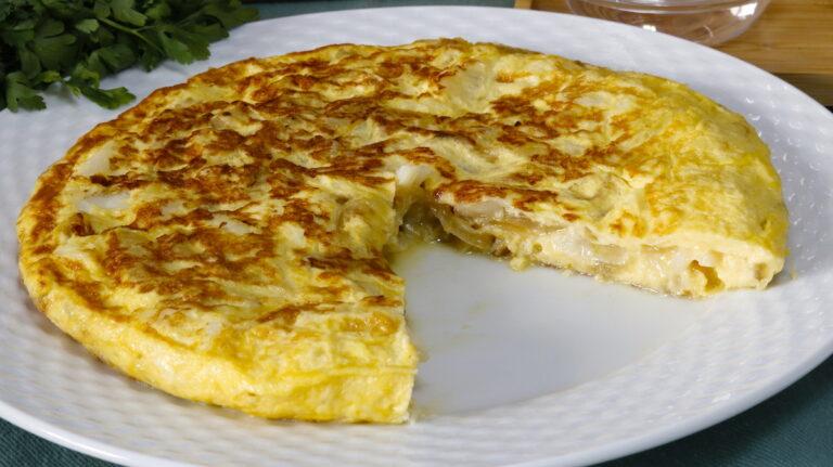 Tortilla de Bacalao con Cebolla Caramelizada